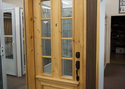 Vente et installation de porte en bois avec fenêtre quadrillée à Joliette - Portes et Fenêtres E. Charrier à St-Ambroise-de-Kildare